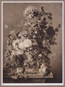 Bloemstilleven in terracotta vaas met vogelnestje op marmeren blad