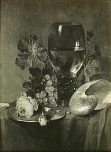 Stilleven met roemer, nautilusschelp en roos op een donker kleed