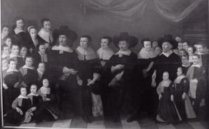 De regenten Brouwer, Heinsius en van Hoey met hun echtgenoten en 29 kinderen uit het Heilige Geesthuis met de weeshuisvader en moeder