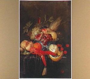 Stilleven met een kreeft, broodje en vruchten in en om een porseleinen kom