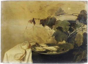 Stilleven met roemer, druivenrank, citroen en oesters op een donker kleed met wit servet