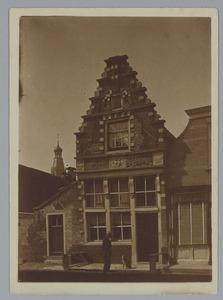 Willem Bastiaan Tholen voor een huis in Enkhuizen