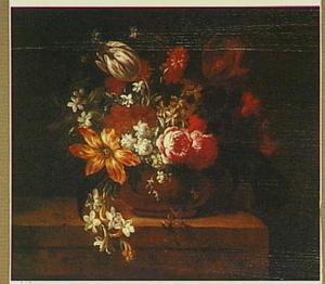 Stilleven van bloemen in een vaas met onder andere een lelie, een tulp en rozen; tafel links