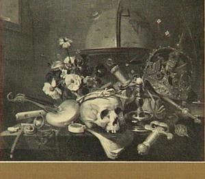 Vanitasstilleven met globe, kroon, scepter, zwaard, schedel gekroond met stro, kandelaar, nautilusschelp, horloge, rookgerei en bloemen