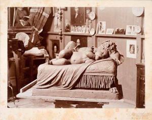 Loge van Georgine Schwartze op de Rijksakademie met het beeld 'Slapende kinderen op een canapé'