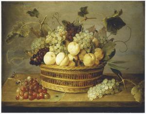 Vruchten in en rondom een mand