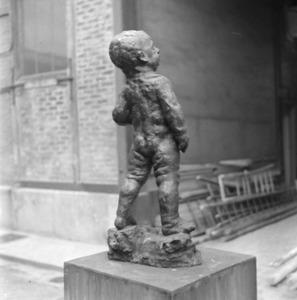 Het atelier van Antoine Bourdelle met een brons van een klein jongetje (1905)