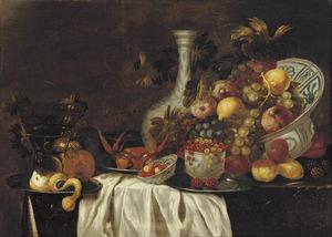 Stilleven met een roemer, een krab op een bord, een porseleinen vaas, Wan-Li porselein met vruchten en een half geschilde citroen op een tafel