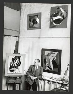 Cesar Domela in zijn atelier