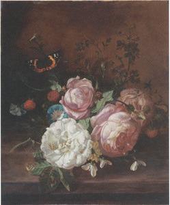 Tuiltje van rozen, dagschone en andere bloemen op een stenen plint, met frambozen en een vlinder