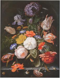 Bloemen in een glazen vaas met slakken, een spin en andere insecten, in een nis