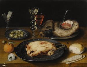 Stilleven met gebraden kip, ham, glaswerk, olijven en brood