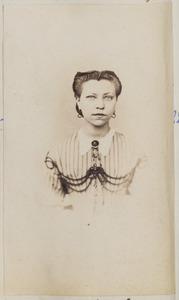 Portret van een vrouw, waarchijnlijk een van de dochters van Francis Bavius Fellinga (1812-1890) en Jaaike Bouwes van Dijk (1814-...)