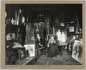 Portret van Thérèse Schwartze (1851-1918) in haar atelier op de Prinsegracht 1091 in Amsterdam