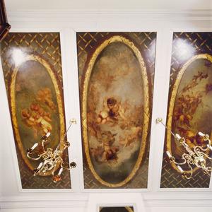 Driedelige plafondschildering met trellis en ovale vakken met zwevende putti