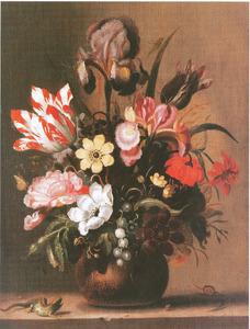 Bloemen in een terracotta vaas, met een hagedis, op een stenen plint