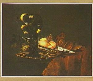 Stilleven met roemer op zilveren bord, fruit op