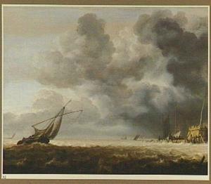 Vissersboten bij een aanlegplaats bij een dreigende lucht