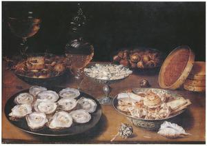 Stilleven met oesters, porseleinen schaal met koekjes, tazza, schelpen en glaswerk