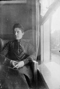 Portret van een vrouw in het huis van George Hendrik Breitner aan de Overtoom te Amsterdam