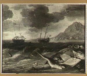 Visstilleven op een strand; in de verte schepen op zee