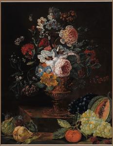 Boeket bloemen in een metalen vaas en daaronder vruchten