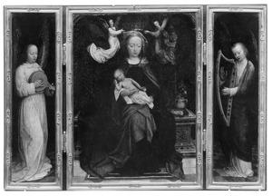 Luitspelende engel (links); tronende Maria met kind, gekroond door engelen (midden); harpspelende engel (rechts)