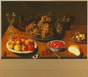 Vruchtenstilleven met links een venetiaans glas