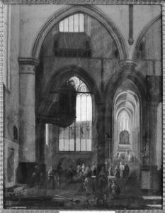 Interieur van een gotische kerk met veel kerkbezoekers en op de voorgrond een pas gedolven graf