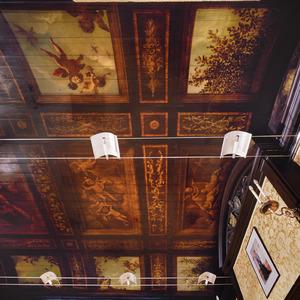 Trompe l'oeil beschilderd cassettenplafond met brunailles, ornamenten en wolkenluchten