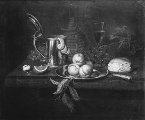 Stilleven met vruchten, brood, bierpul, bord en mes op tafel zonder kleed