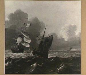 Zeilschepen op onrustig water; in de achtergrond een kustlijn langs de horizon