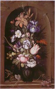 Daglelie en andere bloemen in een vaas in een nis