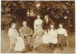 Portret van Cornelis ten Bosch (1853-1915), Hendrika Margaretha Johanna Groeneveldt (1859-?) en hun kinderen