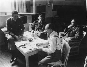 Michel Seuphor, Juozas Tysliava, Louis Saalborn en Piet Mondriaan in Mondriaans atelier