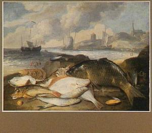 Zeilboten voor de kust; in de voorgrond een uitstalling van vissen