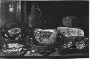 Stilleven met haring, vlees, kaas en krabben