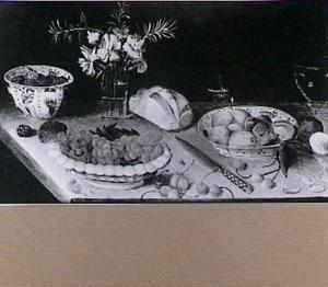 Stilleven met anjers in een glas, vruchten en brood