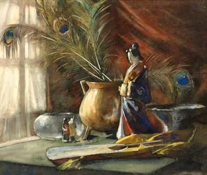 Een stilleven van pauwenveren en een Oosters porseleinen beeldje