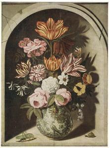 Bloemen in een porseleinen vaas in een nis