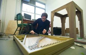 Guido van der Werve aan het werk in zijn atelier