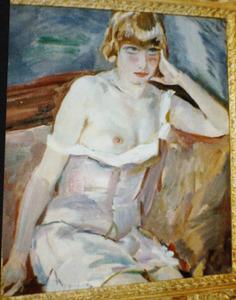 Zittende vrouw met ontblote borst
