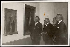 Jan Sluijters (2e v.l.) en Adriaan van Zeegen (2e v.r.) op de opening van de overzichtstentoonstelling van Jan Sluijters