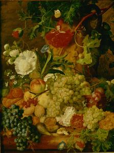 Stilleven van bloemen en vruchten voor een terracotta vaas op een stenen plint