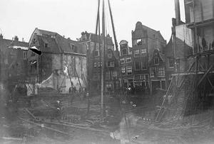 Gezicht op bouwput aan de Nieuwendijk te Amsterdam
