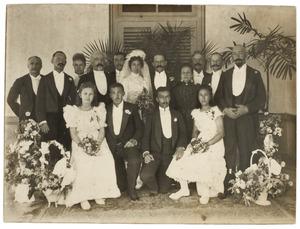 Huwelijksfoto van een onbekend bruidspaar, met portrettten van Dorothea Maria Abrahamina van der Mijll Dekker (1870-1944), Adolf Hendrik van der Mijll Dekker (1873-1947) en Johannes Peter Gottfried Westhoff (1867-1910)