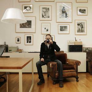 Portret van Anton Corbijn in zijn atelier