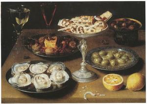 Stilleven met oesters en een tazza met koekjes op een tafel
