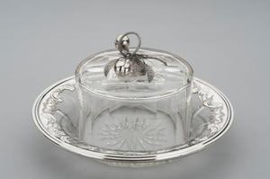 Kaasstolp op onderschotel met zilveren beslag