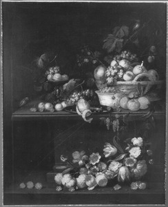 Stilleven van bloemen en vruchten op en voor een stenen tafel